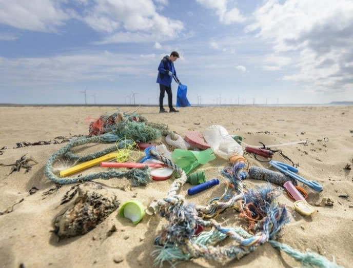 People Are Picking Up Trash in Parks and Beaches for the 'Trashtag Challenge'